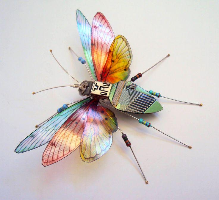 L'artiste Julie Alice Chappell, basé à Portsmouth au Royaume-Uni, réalise de surprenants insectes à partir de composant électroniques récupérés sur de vieux ordinateurs et consoles de jeux vidéo. De sympathiques créations qu'elle vend en ligne via sa boutique Etsy.