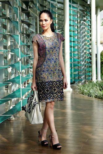 dress batik terbaru dengan balutan bahan yang lembut dan menjadikan tampil lebih feminin sebagai busana batik kerja