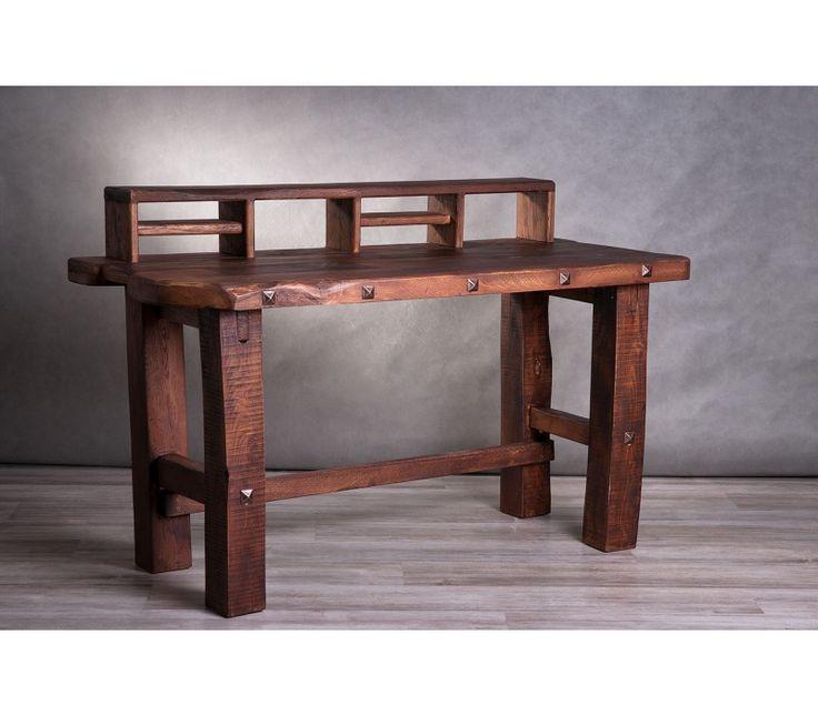 Robosztus, tömörfából készült íróasztal emelvénnyel és fakkokkal a könnyebb elpakolás érdekében. Rusztikus otthon, rusztikus íróasztal
