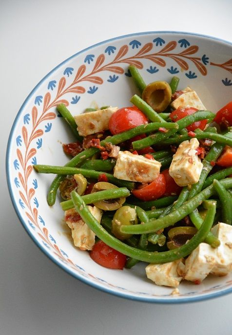 Als ik vegetarisch eet, grijp ik nogal snel terug naar een salade. Maar een gewone salade met sla vind ik na verloop van tijd een beetje saai, dus nu besloot ik de zuiderse tour op te gaan en de sl…