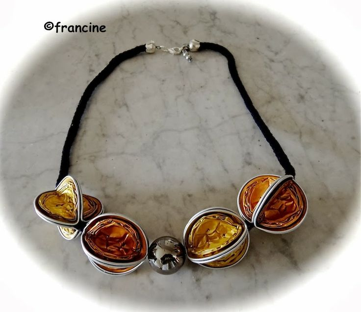 Francine bricole collier nespresso les capsules rouges ou dor es font de l 39 effet - Decoration avec capsule nespresso ...