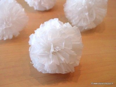 Nouveau tuto pour réaliser de jolis pompons à partir de sacs plastique de récup'. Rien à acheter, très faciles à faire, ces pompons sont idéaux pour une déco de Noël : http://www.atelierchezsoi.fr/post/2013/11/27/diy-pompons-sacs-plastique-recycles DIY tuto pompon recup' en sacs plastiques recyclés