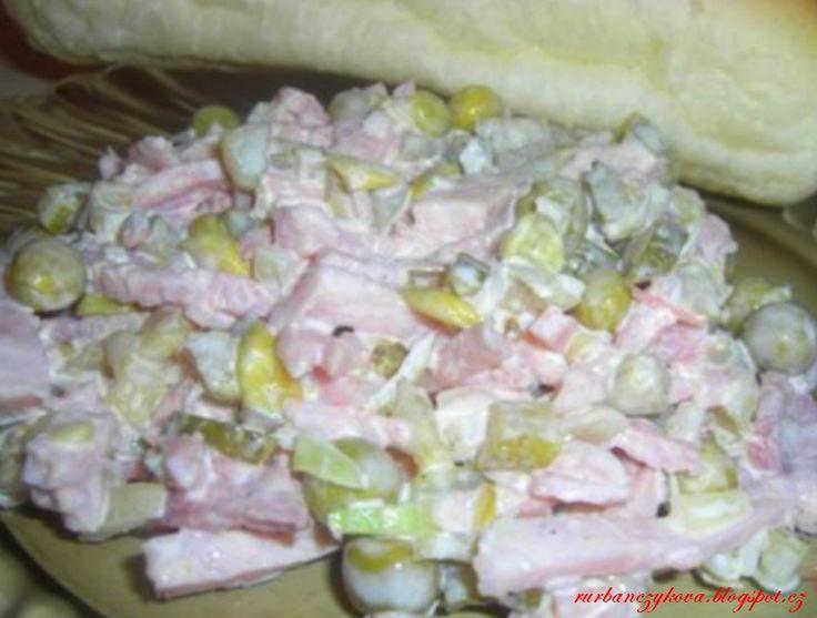 Pařížský salát 400g šunky 200g okurek sladkokyselých 1 malá konzerva hrášku cibule sůl,pepř majonéza 1/2 lžičky hořčice špetka cukru trocha citronové štavy nebo octu