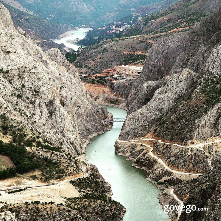 Dünya'nın en büyük kanyonlarından biri olan Karanlık Kanyon'dan herkese merhaba!  Erzincan'ın Kemaliye ilçesinde bulunan Karanlık Kanyon'a 1 buçuk saatlik bir bot yolculuğundan sonra ulaşabilir ve bu geziyi ölümsüzleştirmek için bol bol fotoğraf çekebilirsiniz.  -------------------- govego.com  #doğa #naturel #yeşil #green #life #lifeisgood #seyahatetmek #seyahat #yolculuk #gezi #view #manzara #gününkaresi