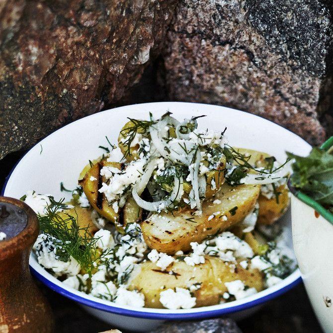 Peruspottusalaatti saa uutta puhkua grillauksesta. Kreikkalaisen sävytyksen salaatti saa tillistä ja fetasta.