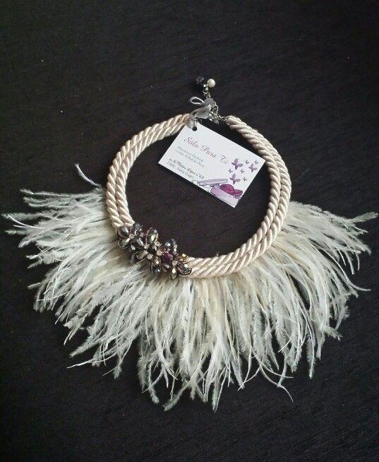 collar de plumas con aplicación de pedrería