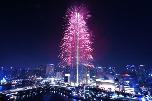 Fuegos artificiales para inaugurar la torre más alta de Corea, dos partidos de fútbol y hockey entre las dos Coreas, Ahn Cheol-soo se ha hecho un hombre, y más noticias.