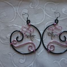 Boucles d'oreille n°52, bijoux en fil aluminium noir et rose