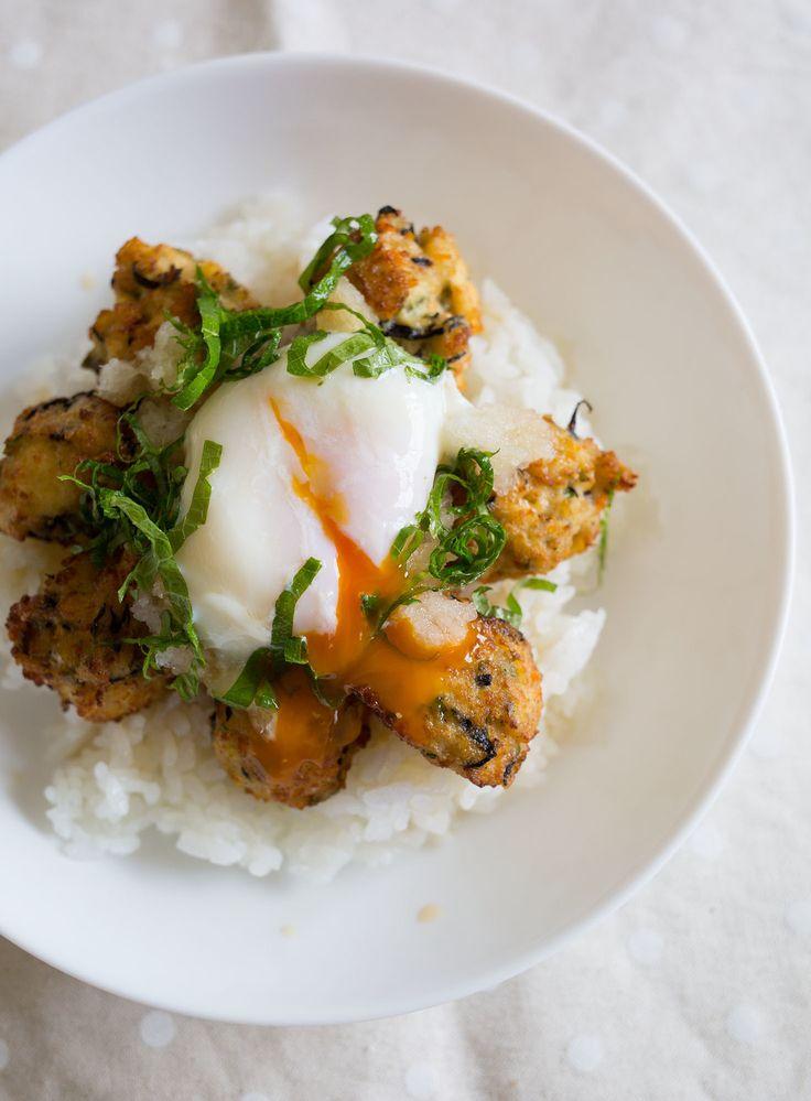 豆腐の落とし揚げ おろし温玉丼 by tomoko / ヘルシーでボリュームのある豆腐の落とし揚げを、大根おろしや大葉でさっぱりと♪とろ〜り温泉卵が食欲をそそる、夏らしい簡単丼です。 / Nadia