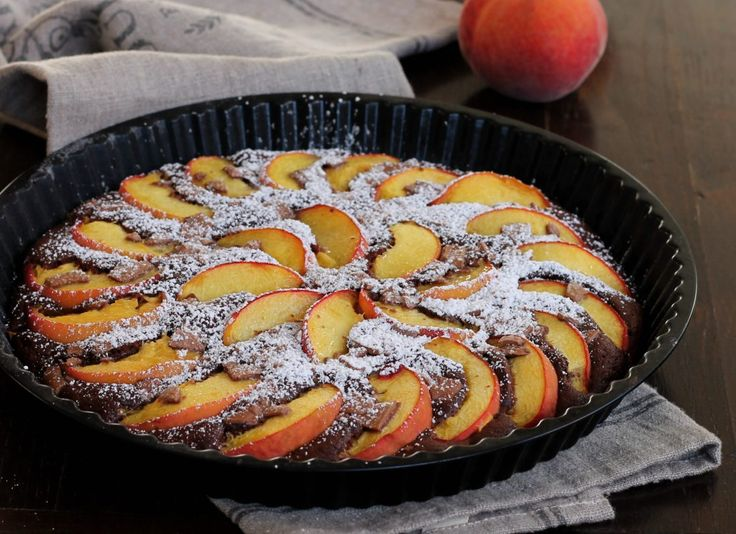 Crostata pesche cioccolato, la ricetta del dolce da forno facile pratico e veloce ricco di frutta fresca e scaglie di cioccolato.