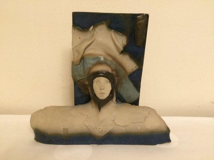 """""""Een vrouw als astronaut""""; een uniek kunstwerk van deels geglazuurd keramiek uit België."""