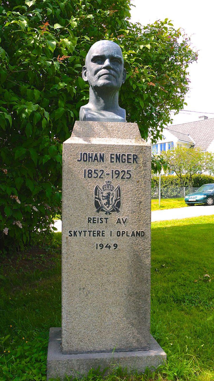 """""""Johan Enger"""" av Lars Fletre (1904 - 1977) Parkev ved Gjøvik stadion"""