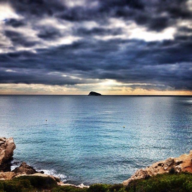 #cloudyday #benidorm #finestrat #calafinestrat #isladelosestudiantes #costablanca #igersalicante #mediterraneo #mar #beach #shootermag #snapseed bonita foto de @jotaflop