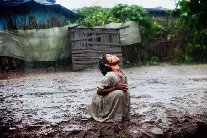 La bimba indiana gioca sotto la pioggia: come questa foto ha cambiato la sua vita