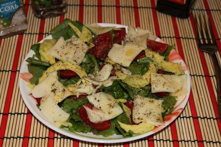 Салат с рукколой, помидорами черри, авокадо и моцареллой