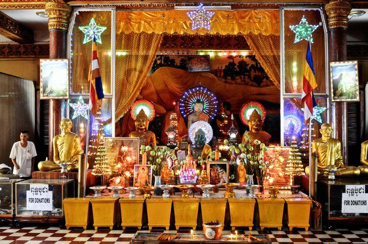 L'altare principale del tempio buddista Wat Ounalom, Phnom Penh ...