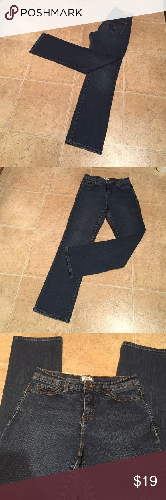 Levi's 512 straight size 6 medium 6 medium Levi's 512 straight perfectly slimming jeans. 99% cotton 1% spandex. Inseam 30 1/2. In excellent condition Levi's Jeans Straight Leg