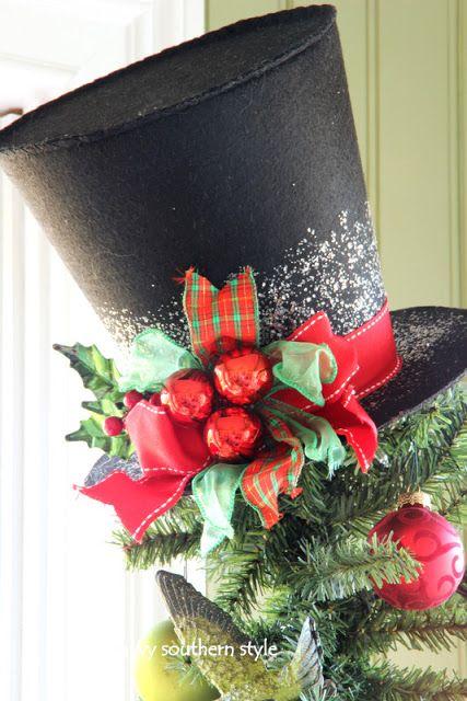 Arbol de navidad decorado en la parte superior con un sombrero de copa. #DecoracionNavidad