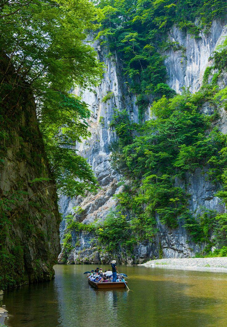 岩手県一関市にあるのが、日本百景の一つ「猊鼻渓」。猊鼻渓は、砂鉄川が石灰岩を浸食してできた約2kmにわたる渓谷です。  川岸には高さ100mを超す断崖絶壁がそびえ、国の名勝にも指定される幻想的な深山幽谷となっている。船頭が棹一本で巧みに舟を操る舟下りが名物。