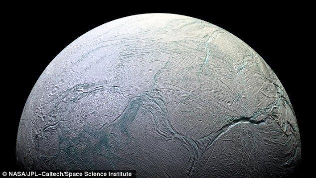 Primele fotografii cu jeturile de apă şi vapori de pe Enceladus, publicate de NASA