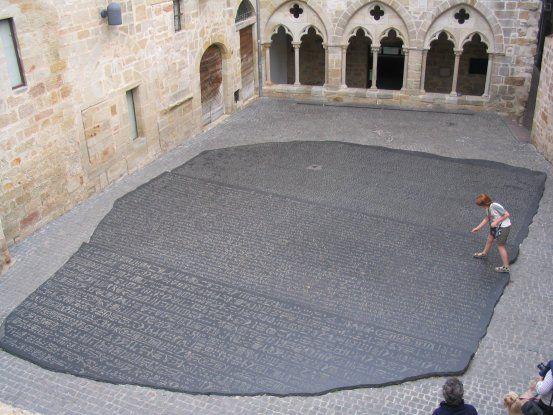 Figeac, La place des Ecritures, reproduction de la Pierre de Rosette en hommage à Jean-François Champollion.