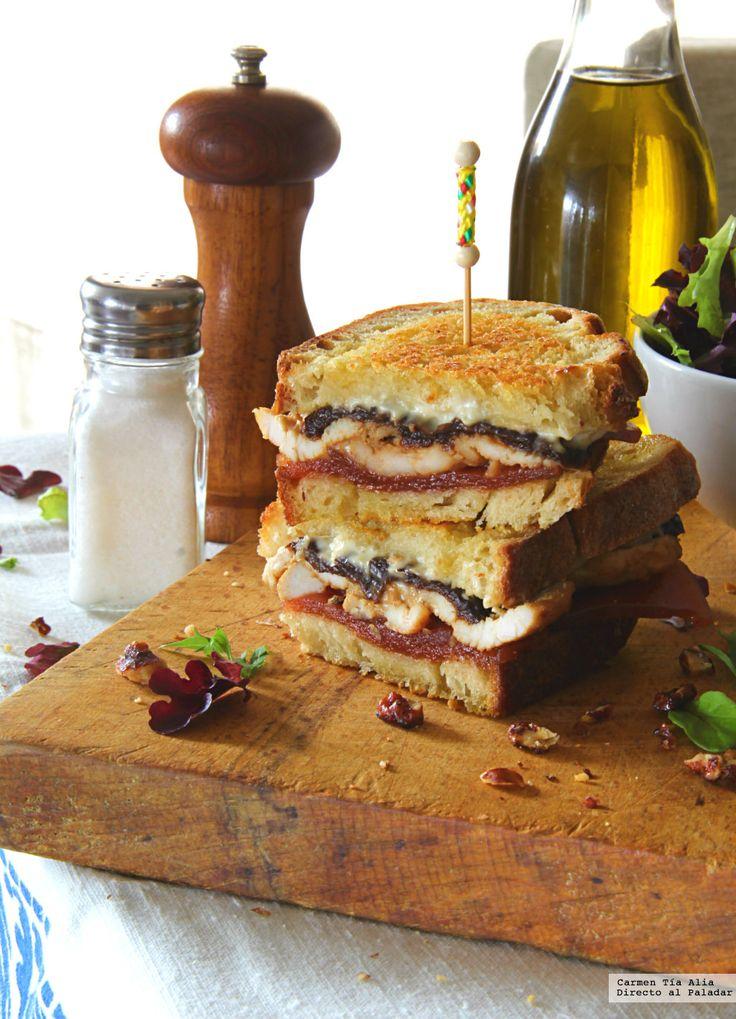 Sándwich de pollo a la mostaza, queso de cabra, ciruelas y membrillo.