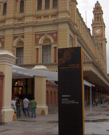 Às terças-feiras, o charmoso Museu da Língua Portuguesa pode ser visitado das 10h às 22h em São Paulo. A mudança de horário rolou em 8 de janeiro e tem como objetivo ampliar o acesso da população ao espaço público, informa a Secretaria de Estado da Cultura...