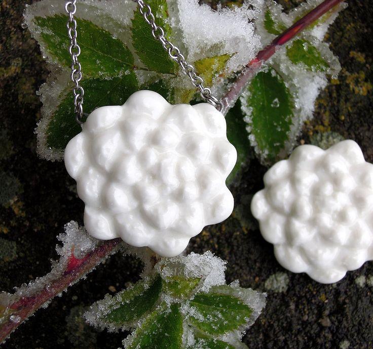 Ledový květ (souprava) Porcelánová souprava - brož + přívěsek. Šperky vzniklé z odlitků borových šišek,...vypadají tak trochu jako bílé květy... Uvedená cena je za soupravu brož + přívěsek.  Velikost bože i náhrdelníku je 3,3 - 3,5 cm. Brož : brožový špendlík s pojistkou proti rozevření. Přívěsek : řetízek nerez ...