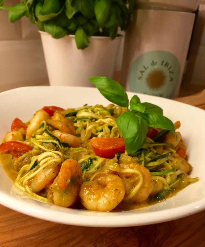 Een 'gezondere' variant voor het eten van spaghetti is courgetti. Oftwel courgetteslierten die je eet alsof het spaghetti is. Deze maak je heel snel met een spirelli.Samen met een beetje pesto, knoflookgarnalen en wat cherry-tomaatjes heb je binnen no-time een heerlijke maaltijd op tafel staan.