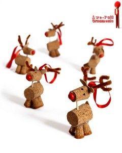 Hoy traemos ideas para hacer adornos navideños de renos de Navidad con corchos usados. Los materiales necesarios para realizarlos son: - 4 corchos (para las patas partir un corcho en 4 partes) - 1 botón rojo -1 trozo de cinta roja - 1 rotulador negro para dibujarle los ojos y otro rojo para el morro - Tijeras - Pistalona de silicona para pegar los corchos - Y hacer lonchas a un chorcho para sacar un trozo para la cola y las astas del reno recortándolas con las tijeras.