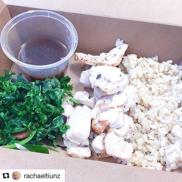Lunch on point! Roast Chicken, Salad, Wholemeal Rice & Teriyaki Sauce   @rachaeltiunz 👌🏻💕 #iifym #mealprep #tiubikiniseries #tiuteam #tiunz #fitfoodnz @fitfoodnz