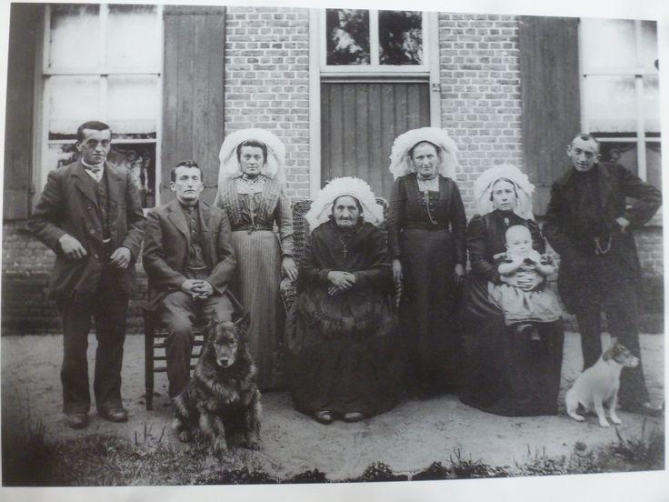 Familiefoto uit 1914 (net voor WO1 uitbrak) gemaakt voor boerderij thans Eco-touristfarm De Biezen. Geheel rechts Wilhelmus Henricus Renders; opa en naamgenoot van W.H Renders. Aan zijn zijde zijn vrouw die 'achter uit de Biezen' kwam en links zijn broer en neef met hun vrouwen.