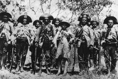 Da esquerda para a direita: Vila Nova, lá nos fundos, um cangaceiro desconhecido, Luiz Pedro, Amoroso, Lampião, Cacheado, Maria Bonita, Juri...