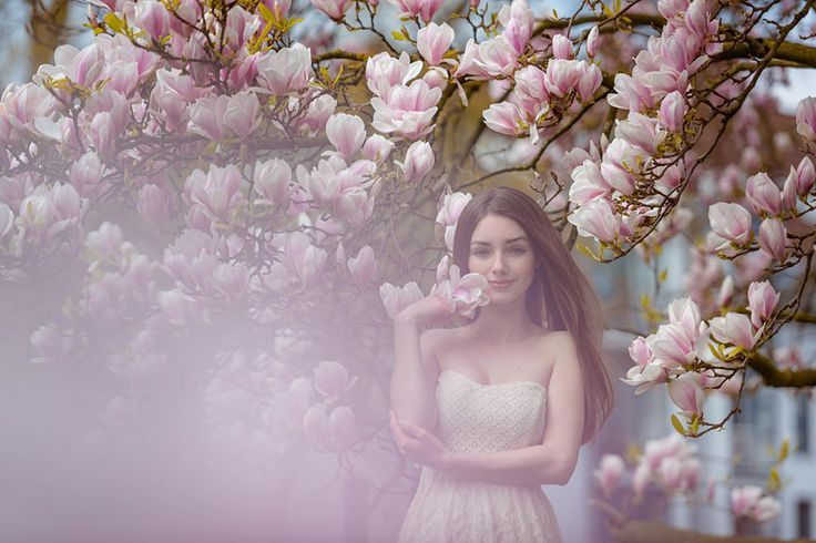 Portrait Fotograf Osnabrück. Magnolia Tree Beauty. Frau in Magnolia. A woman in Magnolia. Frühling blüht. Spring blooms.