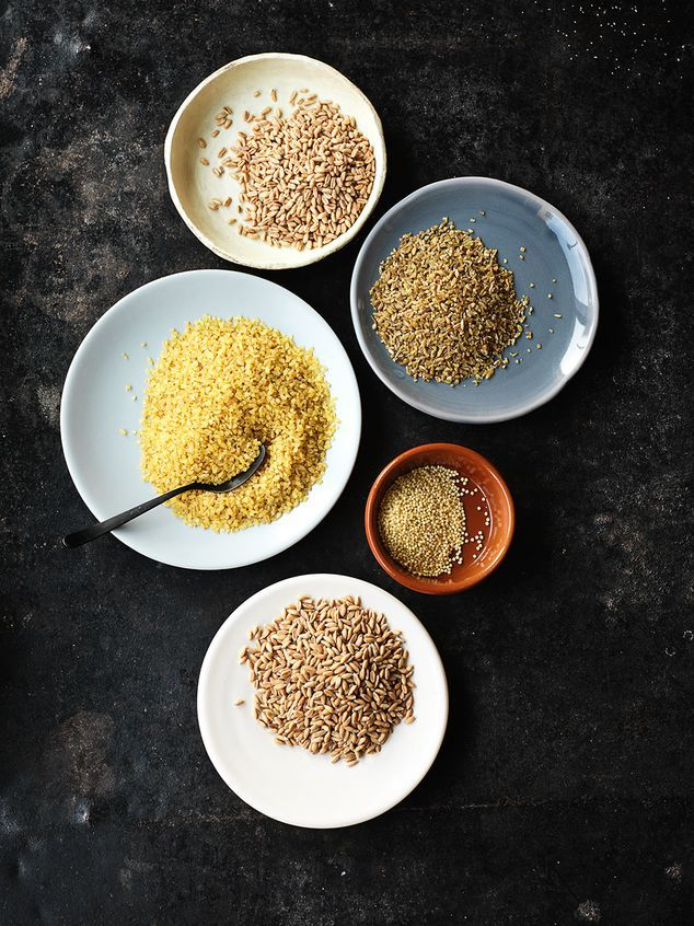Vintage granen - Vroeger werden deze granen al gegeten door de Grieken en de Romeinen, en ook in Azië en Afrika werden ze (al in de Oudheid!) door verschillende stammen gegeten. Nu staan ze op het menu van hippe tentjes en zijn ze steeds vaker te krijgen. Quinoa is een voorbeeld dat wat meer bekend is, maar heb je al eens gehoord van Bulgur, Gierst, Boekweit, Teff, Kamur of Durum? Probeer het maar eens uit als rijst, brood, koekjes of pap! #oergranen #markthal #goedeten #trend #granen…