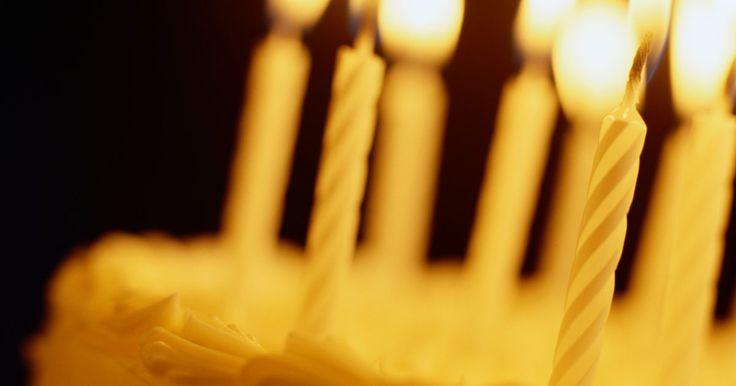 Ideias para o aniversário de 40 anos da minha mãe. O aniversário de 40 anos de sua mãe é uma ocasião especial, e, por isso, você com certeza quer fazer uma comemoração apropriada. Apenas presenteá-la com presentes tradicionais, tais como joias ou flores parece insignificante quando se está completando esta idade; esse é um evento de grande importância que merece uma comemoração à sua altura.