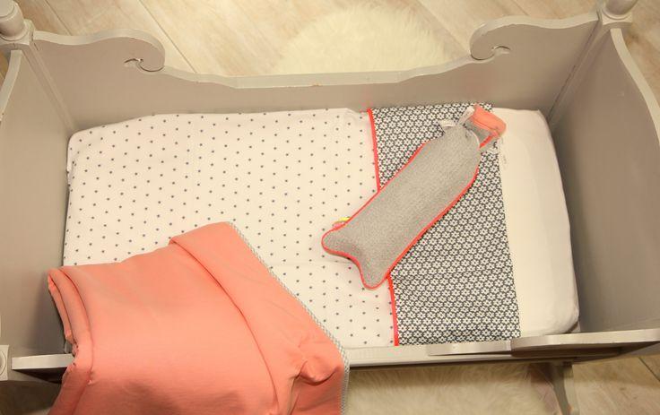 Baby bedje in de kleuren grijs/koraal met een knal koraal bies. #toeti #toetiforkids #babybedje #babygirl #wiegdeken #babykamer