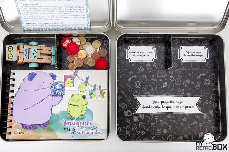 El interior de la cápsula del tiempo para niños y niñas Peque Retrobox está compartimentado en tres partes. En la parte inferior pueden colocar todos los álbumes y libretas que incluye esta caja de recuerdos. Y en la parte superior pueden guardar algunos de sus tesoros y algunos objetos curiosos de hoy en día. #capsula #tiempo #capsuladeltiempo #recuerdos #infancia