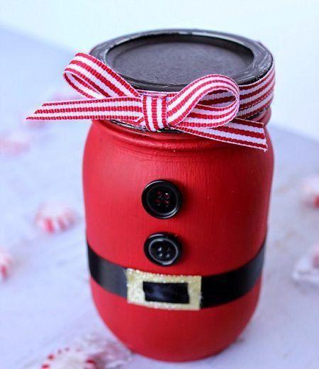 Otra estupenda manualidad navideña para realizar con los niños, además de la corona navideña con cintas, son estos frascos pintados con diseño de Papa Noel, ya que bien sabemos lo que le encanta a los niños pintar y ni que hablar si a eso le agregamos la temática navideña, hacen un combo imposible d