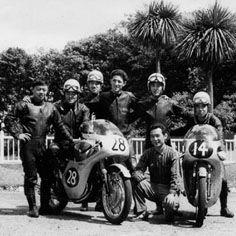 1960年 イギリス マン島  HONDA RC161 右から2番目が北野