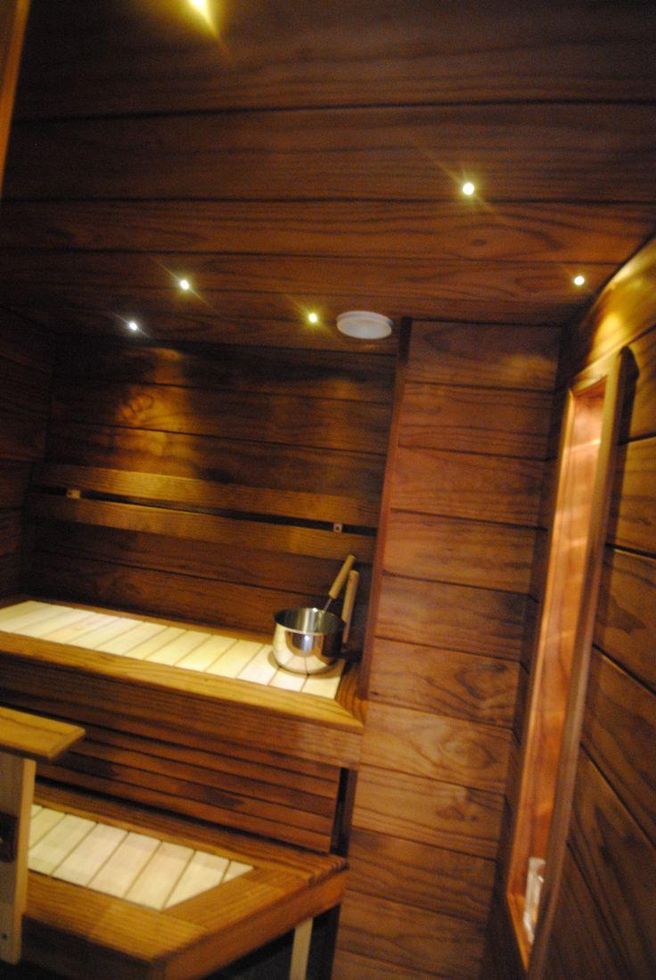 Kerrostalon vaatehuoneeseen tehty sauna. Materiaalit leveää Radiata lämpökäsiteltyä ja tasot vaaleaa haapaa. Valot Led.