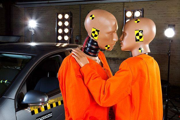 Deux mannequins de test de collision vivant un amour interdit : | 50 photos de banques d'images complètement inutilisables