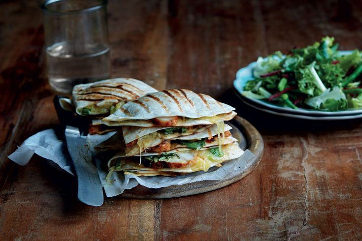 Quesadillas fylt med kylling og ananassalsa. Serveres med en frisk salat og hvitløkssaus.