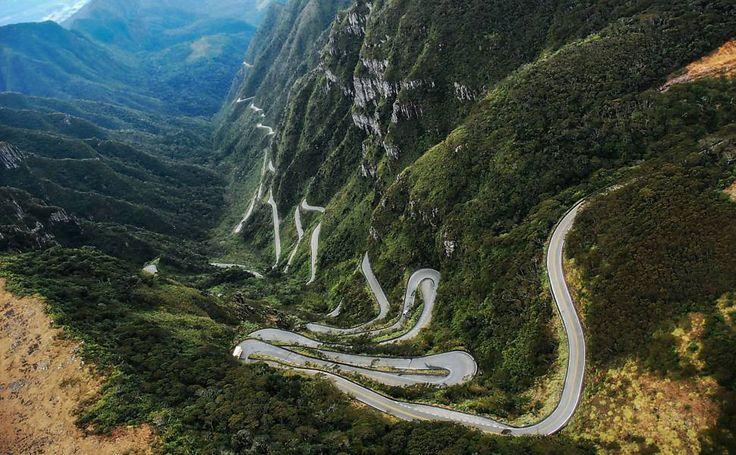 Estrada que sobe a serra do Rio do Rastro ligando Lauro Müller e Bom Jardim da Serra serpenteia as encostas, com 284 curvas em 23 km.