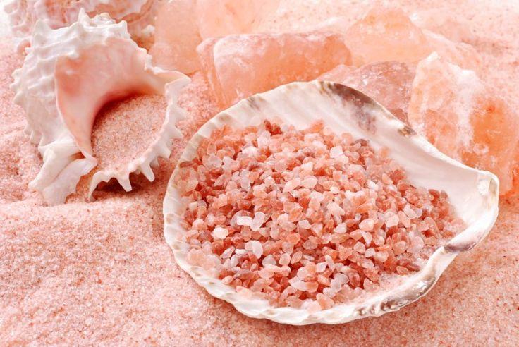 Nasze ciała zawierają takie samo stężenie minerałów i składników odżywczych co woda morska, więc nic dziwnego, że sól morska jest naturalnym sojusznikiem w utrzymaniu tej równowagi. Jedną z głównych różnic między solą morską i zwykłą solą jest zawartość minerałów: Sól morska jest nimi wręcz naładowana. Zawiera dużą ilość magnezu, wapnia, sodu i potasu, które odgrywają kluczową rolę w ochronie zdrowia, funkcjonowania naszej skóry i komunikacji komórkowej.