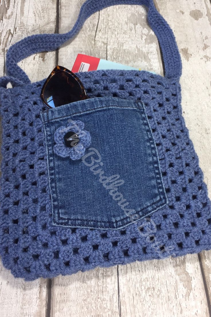 Handgemachte Granny Square Crochet Bag in Blau mit Blumendetail, Jeanstasche und…