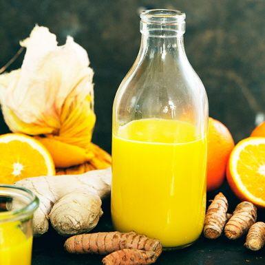 Man behöver ingen juicecentrifug för att kunna juica hemma – en blender kan ge lika gott resultat. Som i denna värmande shot med färsk gurkmeja och ingefära! Två riktiga hälsohjältar i ett svep, tillsammans med C-vitaminrika citrusfrukter.