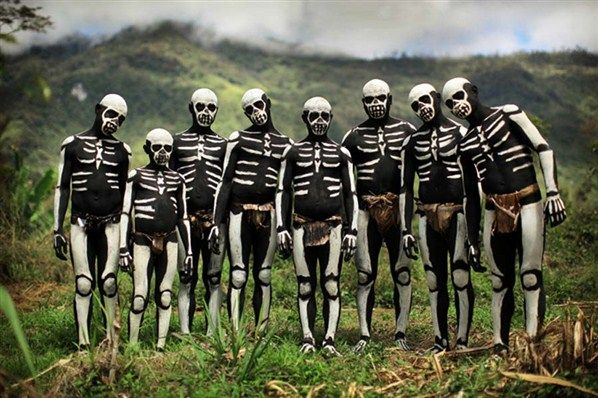 While in Western Highlands, Papua New Guinea by Timothy Allen whois part of the crew of BBC's Human Planet. You should take a look to his blog, is enlightening!Skull, Timothy Allen, Papuanewguinea, Tribal Makeup, Body Painting, Skeletons, Cities Of Bones, People, Papua New Guinea