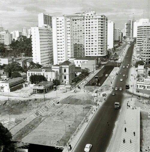 28 de fevereiro de 1968 - Rua da Consolação, altura da Praça Roosevelt, sob pavimentação.
