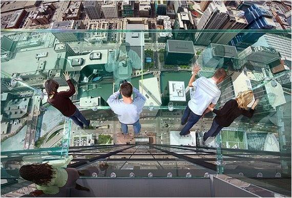 Стеклянные балконы 103-этажного небоскреба Уиллис-тауэр в Чикаго.